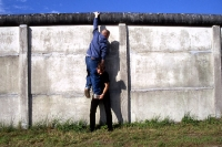 Testversuch: Erklimmen und überwinden der Betonsperrmauer