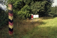 ehemalige DDR-Grenzsäule an der innerdeutschen Grenze