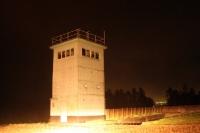 Beobachtungsturm bei Hötensleben im Scheinwerferlicht
