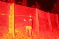 nachgestellter Fluchtversuch im Schein eines Bengalfeuers