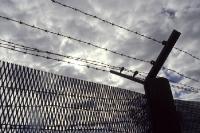 Metallgitterzaun mit Stacheldraht der deutsch-deutschen Grenze