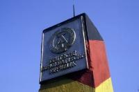 DDR-Grenzsäule mit Plakette