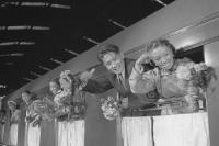 Mongolen und Vietnamesen in einem Eisenbahnwaggon, DDR 60er Jahre