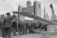 kleines Segelflugzeug auf einem Volksfest in der DDR, Sommer 1952