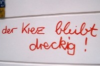 Der Kiez bleibt dreckig - Schriftzug an einer Hauswand in Berlin Neukölln