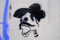 Schnurrbart, Hut und leere Augenhöhlen... Wandbild in Berlin Neukölln
