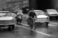 Trabanten und Mofas im Straßenverkehr bei Regen, DDR, 60er Jahre