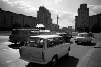 DDR-Fahrzeuge am Strausberger Platz / Karl-Marx-Allee in Ostberlin, Ende 60er Jahre