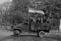 Lastkraftwagen mit Personen auf der Ladefläche, DDR / SBZ, Anfang der 50er Jahre