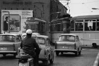 Straßenverkehr in Ostberlin Anfang der 70er Jahre, Autos, Moped und Straßenbahn