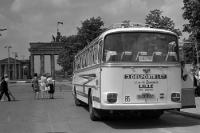 französischer Reisebus aus Lille vor dem Brandenburger Tor in Ostberlin, DDR, 60er Jahre