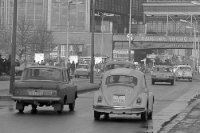 Moskwitsch / Moskwich und ein VW Käfer auf der Friedrichstraße in Ostberlin, DDR 60er Jahre