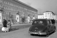Kraftfahrzeug und Frau mit Kinderwagen, DDR Mitte der 50er Jahre