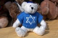 Teddybär mit einem Pullover mit Judenstern