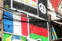 aufgemalte Flaggen an einer Hauswand