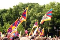 Tibet-Flaggen beim Besuch des Dalai Lama