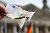 50 Euro verbrennen vor dem Berliner Reichstag