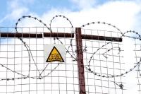 NATO-Stacheldraht an einem Zaun in Nordirland