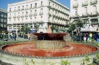 Protest gegen Krieg: Blutiger Brunnen in Madrid