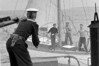DDR-Volksmarinesoldaten helfen einem Segelboot auf der Ostsee, Ende der 50er Jahre