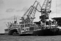 Schiff im Hafen von Rostock, historische DDR-Aufnahme, Ende der 50er Jahre