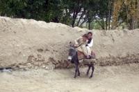 Kinder auf einem Esel, Straße in Faizabad (Feyzabad, Fayz Abad), Islamische Republik Afghanistan