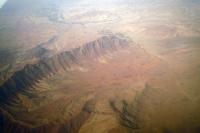 Blick auf die karge, trockene Berglandschaft von Afghanistan vom Flugzeug aus