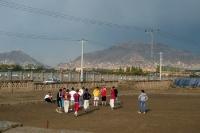 Kinder und Jugendliche auf einem Sportplatz in Kabul, Islamische Republik Afghanistan