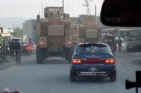 Patrouillen-Fahrt in Kabul, schwer gepanzerte Fahrzeuge auf der Straße unterwegs, Islamische Republi