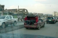 Straßenverkehr in Kabul, Jugendliche sitzen im Kofferraum, Islamische Republik Afghanistan