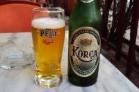 Prost! Albanisches Bier in Glas und Flasche