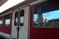 Harte Sitten: kaputte Fensterscheiben eines Zuges in Albanien