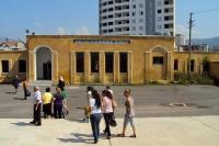 Reisende auf dem Bahnhof von Elbasan, Albanien