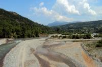 Blick auf ein Flusstal in Albanien auf der Fahrt von Tirana zum Ohridsee