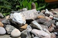 aufgeschichtete Steine im Garten