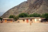 einfache Wohnhäuser in der trockenen, kargen Landschaft von Salta - Villazon in Argentinien