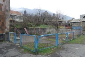Spielplatz in einem armenischen Dorf