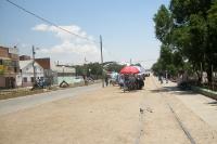 Staubige Straße und alte Schienen in der bolivianischen Stadt Villazón im Departamento Potosí