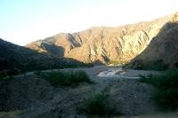halb ausgetrocknetes Flussbett im bolivianischen Andenmassiv