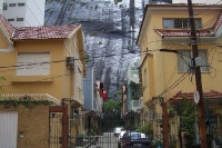 Wohngebäude am Berghang im Stadtteil Copacabana in Rio de Janeiro