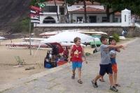 Kinder an einem Strand in Rio de Janeiro