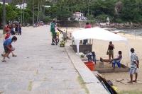 Kinder an einem Strand am Fuße des Zuckerhuts in Rio de Janeiro