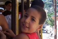 Brasilianischer Junge unterwegs mit der Bonde in Rio de Janeiro