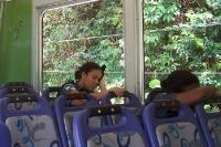 Dösende Fahrgäste in der Zahnradbahn auf dem Corcovado in Rio de Janeiro