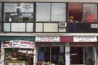 Diverse Geschäfte in einem 60er-Jahre-Bau in Rio de Janeiro