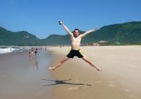Freudensprung am Strand von Brasilien