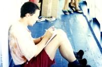 Tagebuch schreiben an Deck eines Amazonas-Schiffes