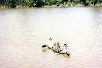 Einwohner im Kanu unterwegs auf dem Amazonas