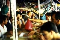 gemeinsame Mahlzeit an Deck eines Amazonas-Schiff