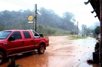 tropischer Mittagsregen an einer Raststätte an der Straße nach Macapa, Bundesstaat Amapa, Brasilien
